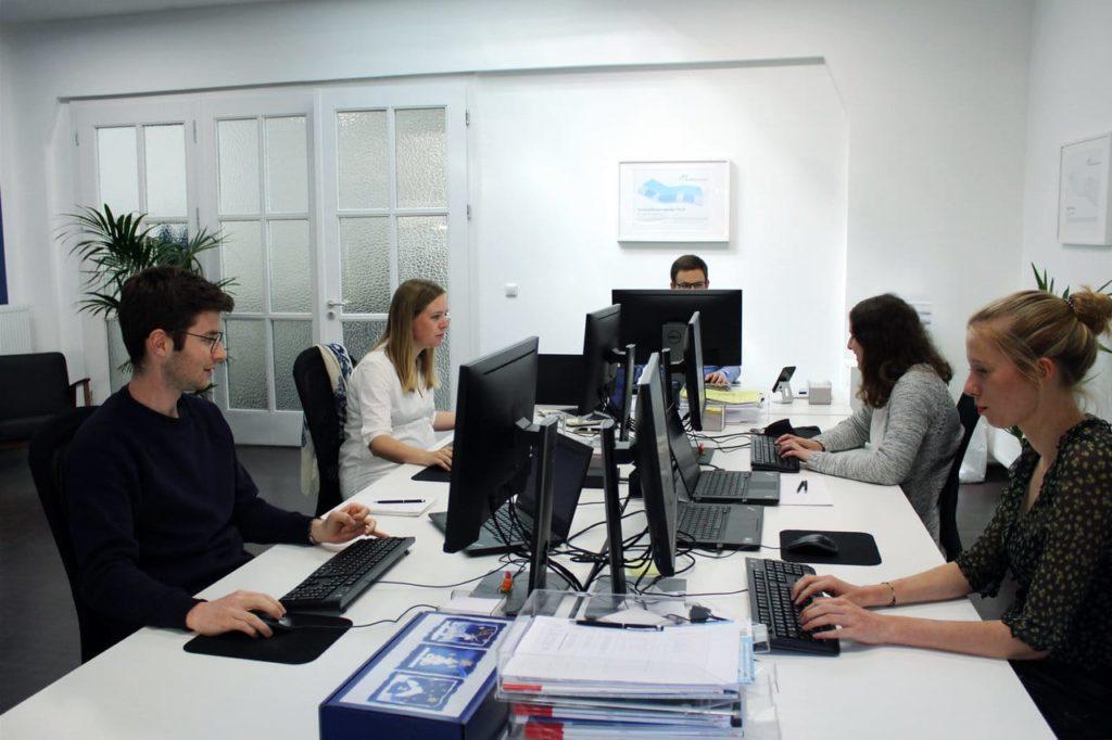 Büro mit Personen